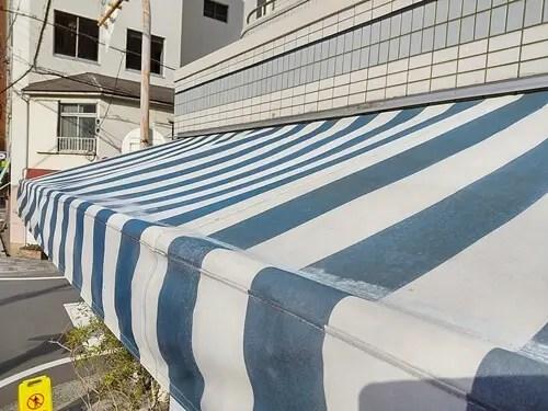 汚水が乾燥し、白く浮き出たテント