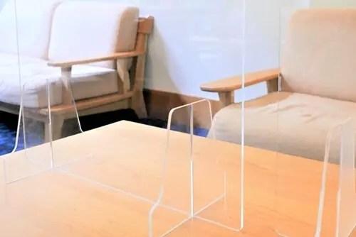 コロナ対策でパーティションでテーブルを区切る大阪の飲食店