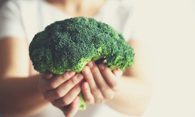 Terakurat - Manfaat Brokoli - Brokoli merupakan salah satu makanan berjenis sayur-sayuran yang memiliki banyak kandungan gizi baik dan vitamin untuk tubuh..
