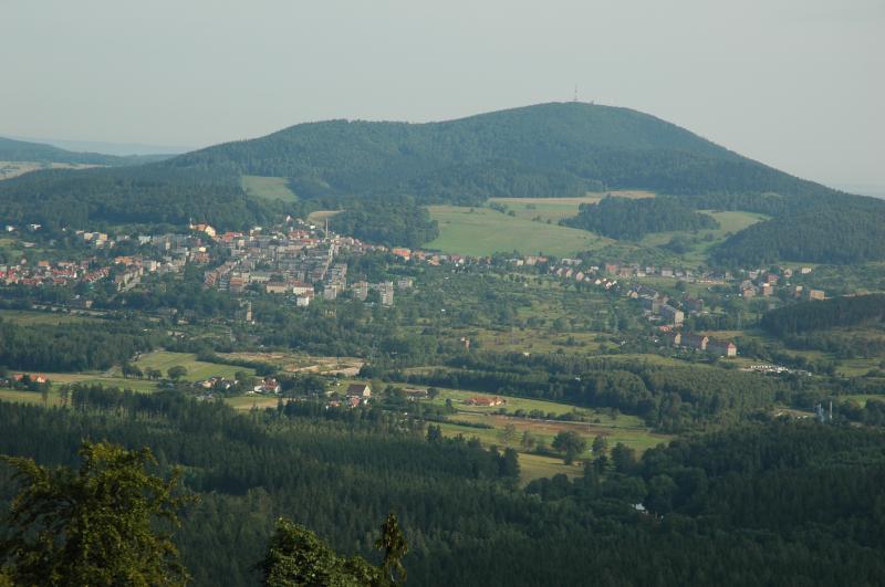 Widok na Boguszów-Gorce i okolice.  Fot. www.dzikowiec.info