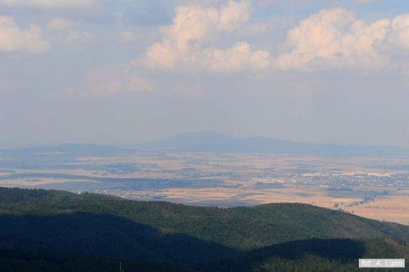 Widok z wieży na Kalenicy na północ: Pieszyce, Ślęża, Dzierżoniów (fot. A. Lipin)