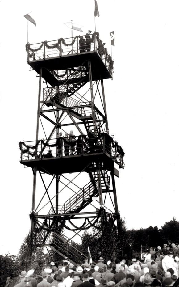 Uroczystość otwarcia wieży 2 czerwca 1933 r. Poza proporcami Langenbielau na szczycie Hindenburgturm powiewa hitlerowska swastyka (źródło: domena publiczna)