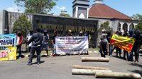 Hutang Rp 8 Miliar Tak Dibayar, Penyuplai Kayu Sengon Demo Pabrik BIP