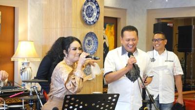 Bersama Krisdayanti Ketua MPR RI Ramaikan Acara Give Away Bamsoet Channel