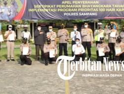 Kapolres Sampang Serahkan 11 Sertifikat Rumah di Perumahan Griya Bhayangkara