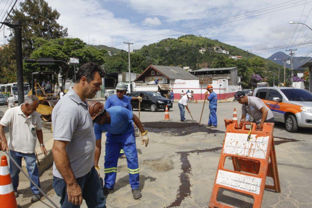 Prefeitura inicia recuperação do asfalto na reta