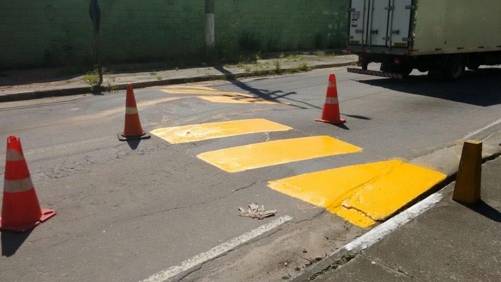 Sinalização de Trânsito: pintura de faixas de pedestres e quebra-molas nos bairros