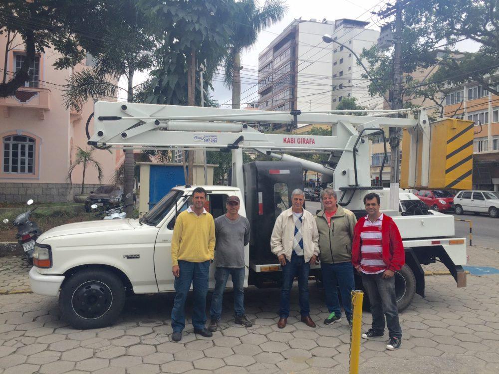 Parceria com iniciativa privada garante veículo para poda de árvores e manutenção da iluminação pública