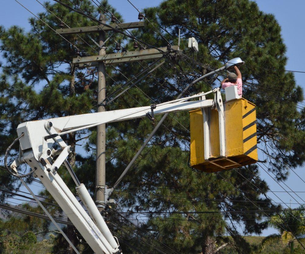 Manutenção de iluminação pública é feita em toda Rua Tenente Luiz Meirelles