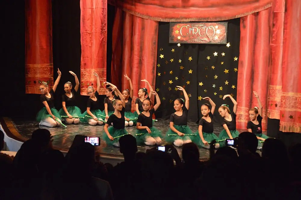 Bailarinos dão show em ecerramento de balé e jazz da Casa de Cultura