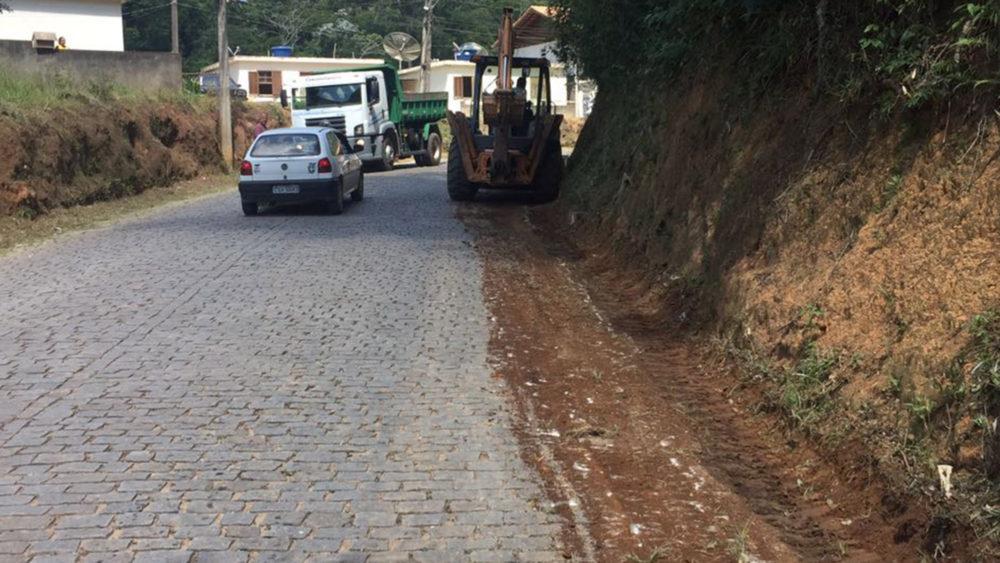 Secretaria de Agricultura trabalha na limpeza das estradas do interior