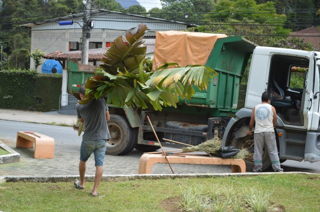 Prefeitura faz limpeza e tapa-buracos nas ruas de Teresópolis