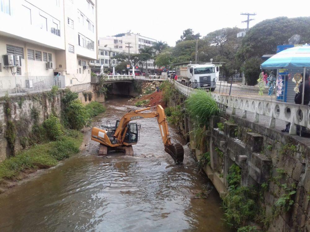 Tricano vistoria início da obra de construção do muro da Praça Olímpica