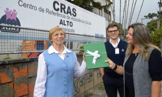 Irmã Laura Benincá e assistente social João Ricardo Amorim, do Hospital São José, com Adriana Marques, coordenadora do CRAS Alto: agradecimento pelo trabalho em parceria