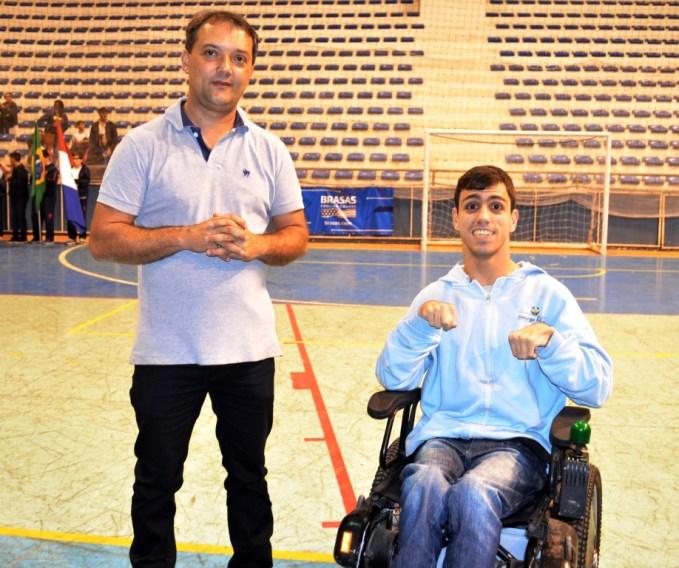 omemorando o retorno dos JEPT: Luiz Otávio Oliveira, secretário de Esportes, e Matheus Hiath, coordenador de turma da Escola George March