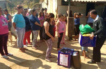 Referenciadas no CRAS Alto, famílias da localidade de Alegria, no interior do município, recebem as doações da Campanha do Agasalho do Hospital São José