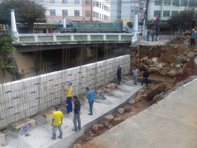Funcionários continuam trabalhando na construção do muro de contenção da Praça Olímpica