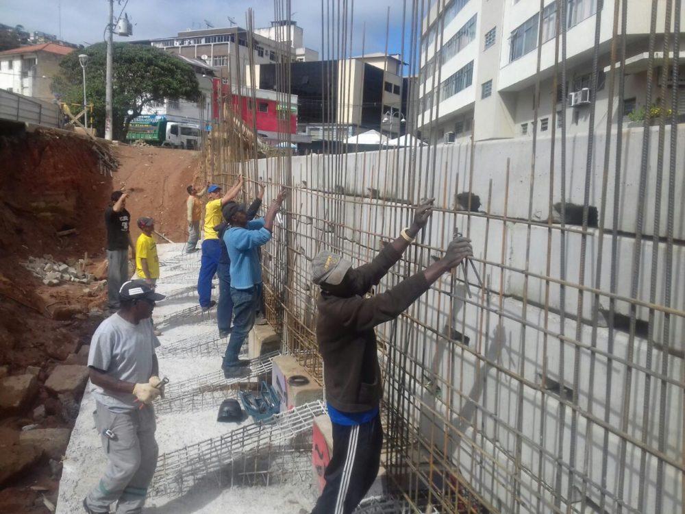 Praça Olímpica: obra de contenção avança e árvores recebem poda e limpeza das copas