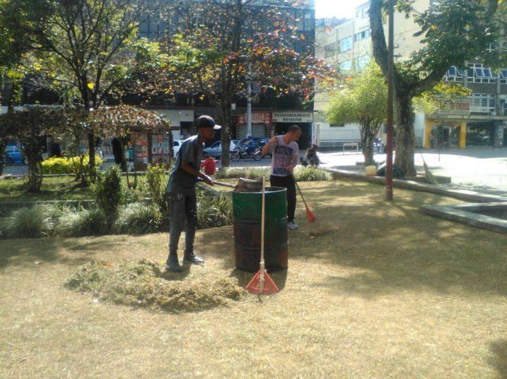 Poda, capina e limpeza geral na Praça da Matriz de Santa Teresa