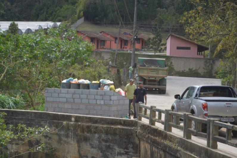 Secretaria de Agricultura constrói novo modelo de lixeira em Vargem Grande