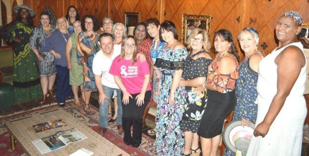 Prefeito em exercício Sandro Dias e Gabriella Martuchelli, presidente da Amigas da Mama, com as 15 mulheres do desfile de superação da doença