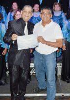 Oseias Rios, presidente do Clube Comary, entrega certificado ao regente do Coral Madrigal Cruz Lopes