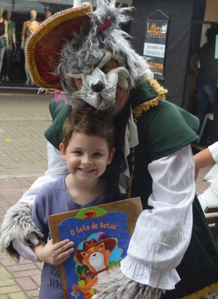 O 'Gato de Botas' interage com visitantes na Calçada da Fama