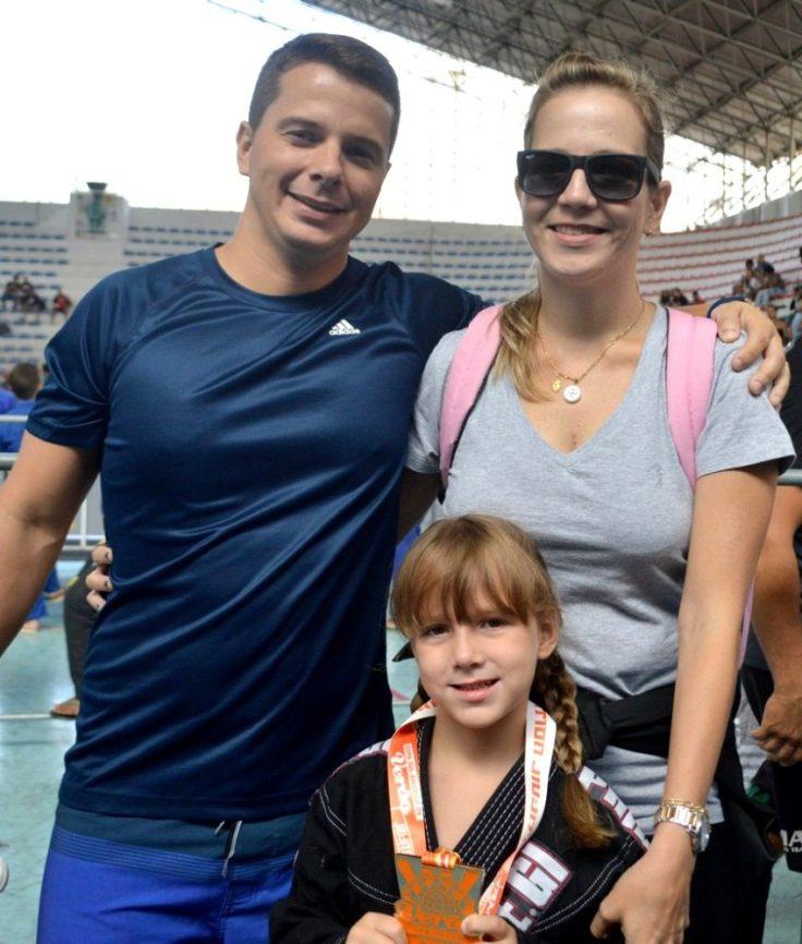 Fabio Cardozo e Thaís Lima subiram a serra para incentivar a filha Alice, da equipe André Seabra/Nova União, de Sulacap