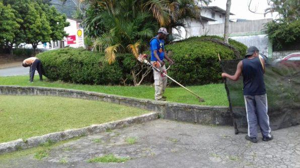 Trabalhos de conservação são feitos na Praça John Kennedy, no bairro de Fátima