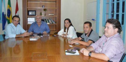 Prefeito Pedro Gil (ao centro) e subsecretário de Governo, Itamar Rodrigues, se reúnem com deputado federal, Hugo Leal, e representantes da Enel