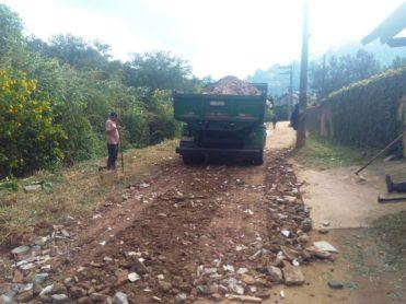 Agricultura espalha material em rua do Vale dos Cedrinhos para compactar e eliminar buracos