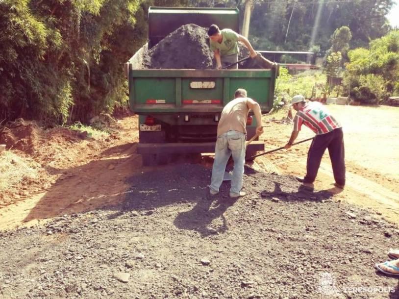 Colocação de fresa de asfalto para facilitar a passagem de veículos e pedestres, no Xotó
