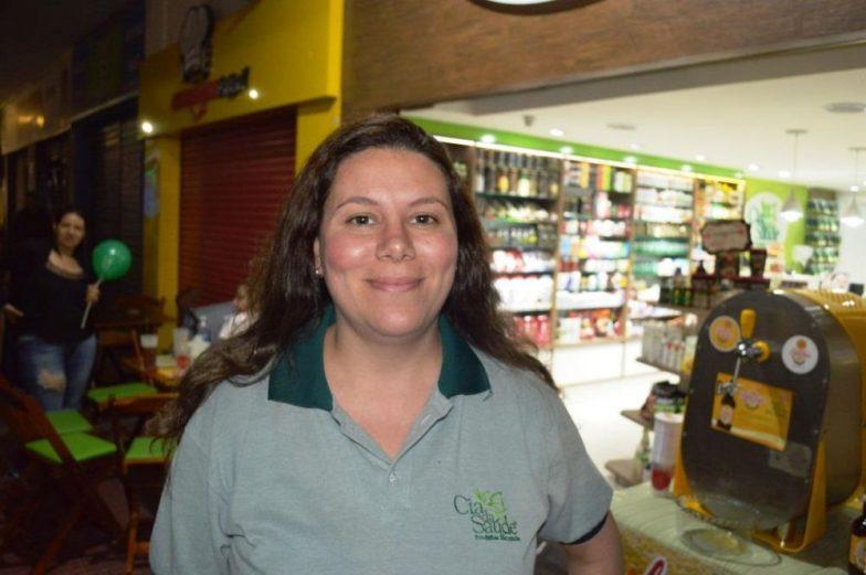 Rodrigo Castro e Alessandra Lopes, comerciantes do Regadas comemoram movimento no local