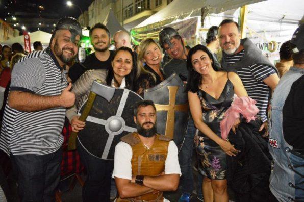 Estilo medieval faz sucesso na festa 'Serveja'