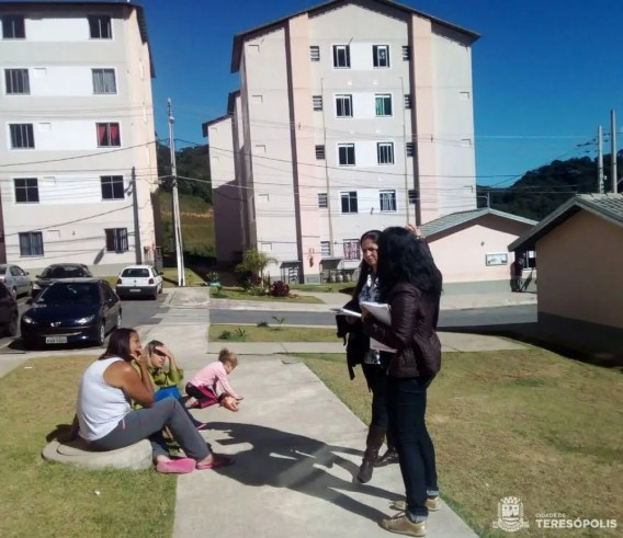 Equipe do CRAS Volante esclarece os serviços oferecidos a moradores do Parque Ermitage