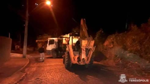 Equipe noturna recolhe lixo em rua de acesso ao bairro Vila Muqui