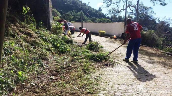 No Parque do Ingá, trabalhadores da Prefeitura colocam em dia manutenção de via pública