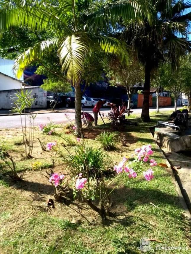 Parques e Jardins conclui limpeza geral da Praça Dom Quixote, em Araras