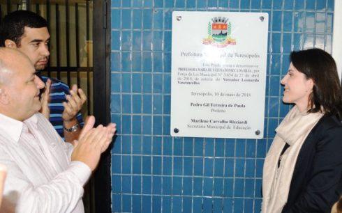 Prefeito Pedro Gil, vereador Leonardo Vasconcellos e Gabriela Fonseca, filha da homenageada,