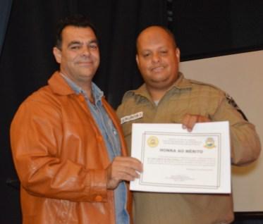 Comandante da Guarda Civil Municipal Gil Wellington homenageia Carlos Alberto Teixeira