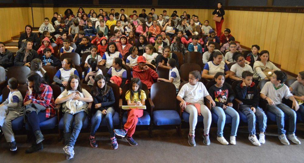Alunos da Rede Municipal de Ensino assistem à peça 'Alice no País da Copa'