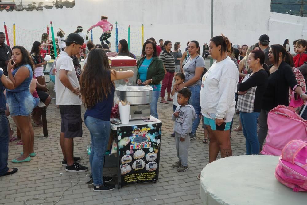 A entrega da praça pública em Vargem Grande teve direito a pipoca e brincadeiras para a garotada