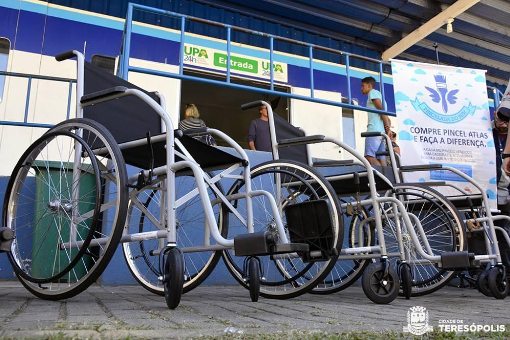 Cadeiras de rodas doadas são entregues na UPA Teresópolis