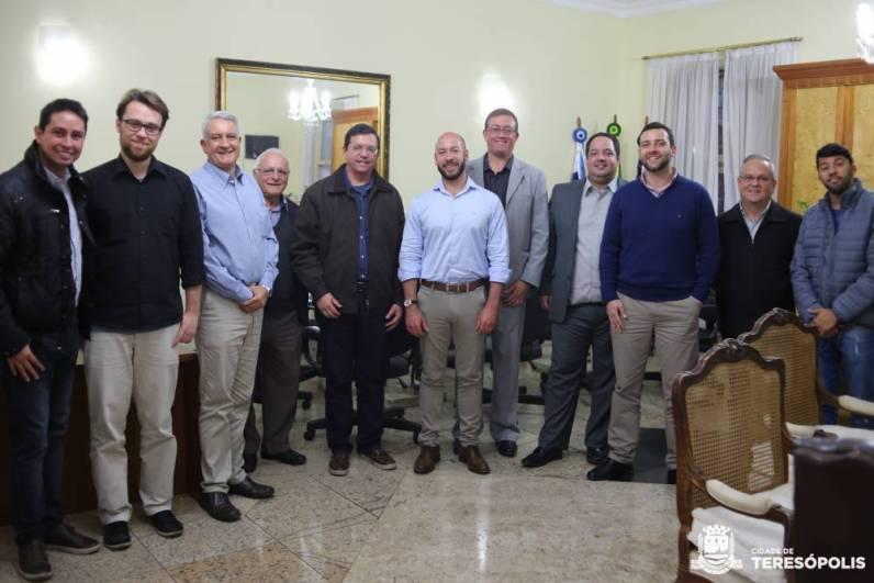 'Prefeitos de Nova Friburgo e de Teresópolis (ao centro) e equipes se reúnem para discutir projetos
