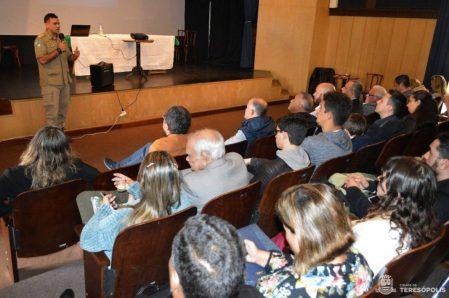 Reunindo autoridades civis e militares, seminário para apresentação de projetos para o aterro sanitário acontece no Teatro Municipal, na Prefeitura