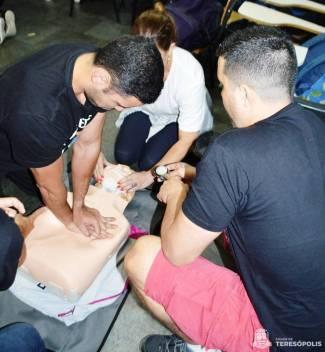 Contagem de tempo entre a massagem cardíaca e a respiração boca-boca
