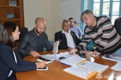 Leo Bittencourt, um dos defensores da causa na cidade, entrega ao prefeito documento sobre a situação dos animais em gestões anteriores