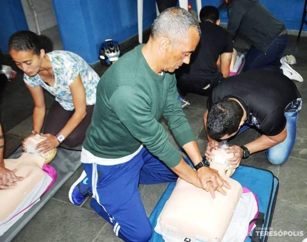 Mestre Sorriso aplica os procedimentos cardiorrespiratórios durante o curso