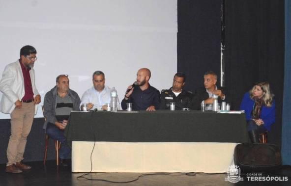Prefeito Vinicius Claussen, ao microfone, ressalta a importância da participação da sociedade na audiência pública.jpg 2