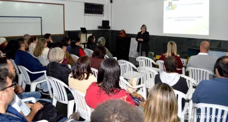 Secretária de Educação Rosana Mendes fala aos educadores sobre a proposta transformadora do JEPP